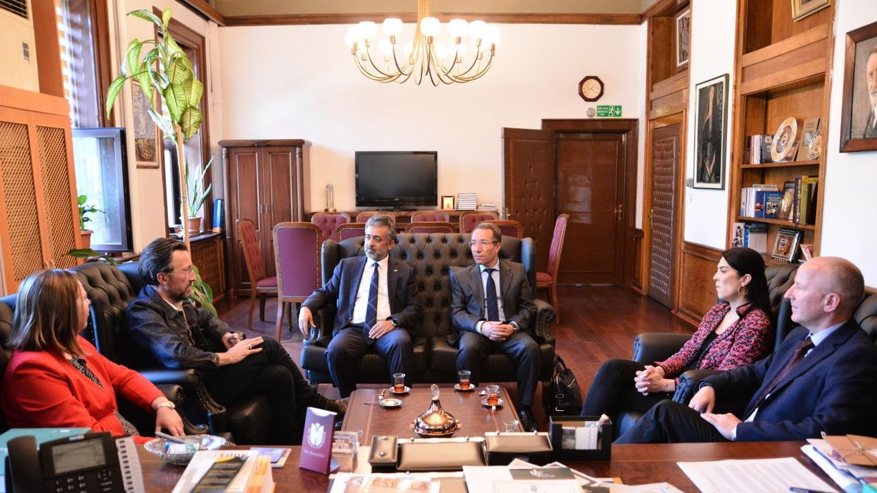 İsviçreli-yazar-Lukas-Bärfuss-ve-İsviçre-Başkonsolos-Vekili-Péter-Schmidt-Prof.-Dr.-Hayati-Develi'yi-ziyaret-etti