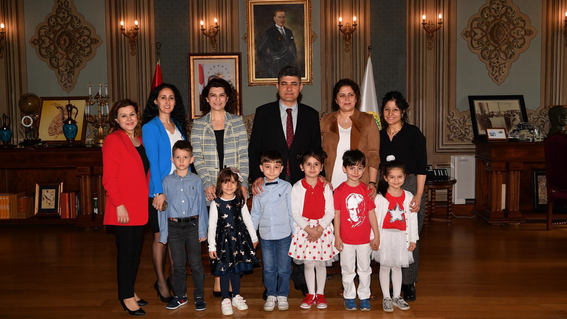 İÜ-Rektör-Vekili-Prof.-Dr.-Mustafa-Oral-Öncül-Çocukları-Rektörlük-Makamında-Ağırladı