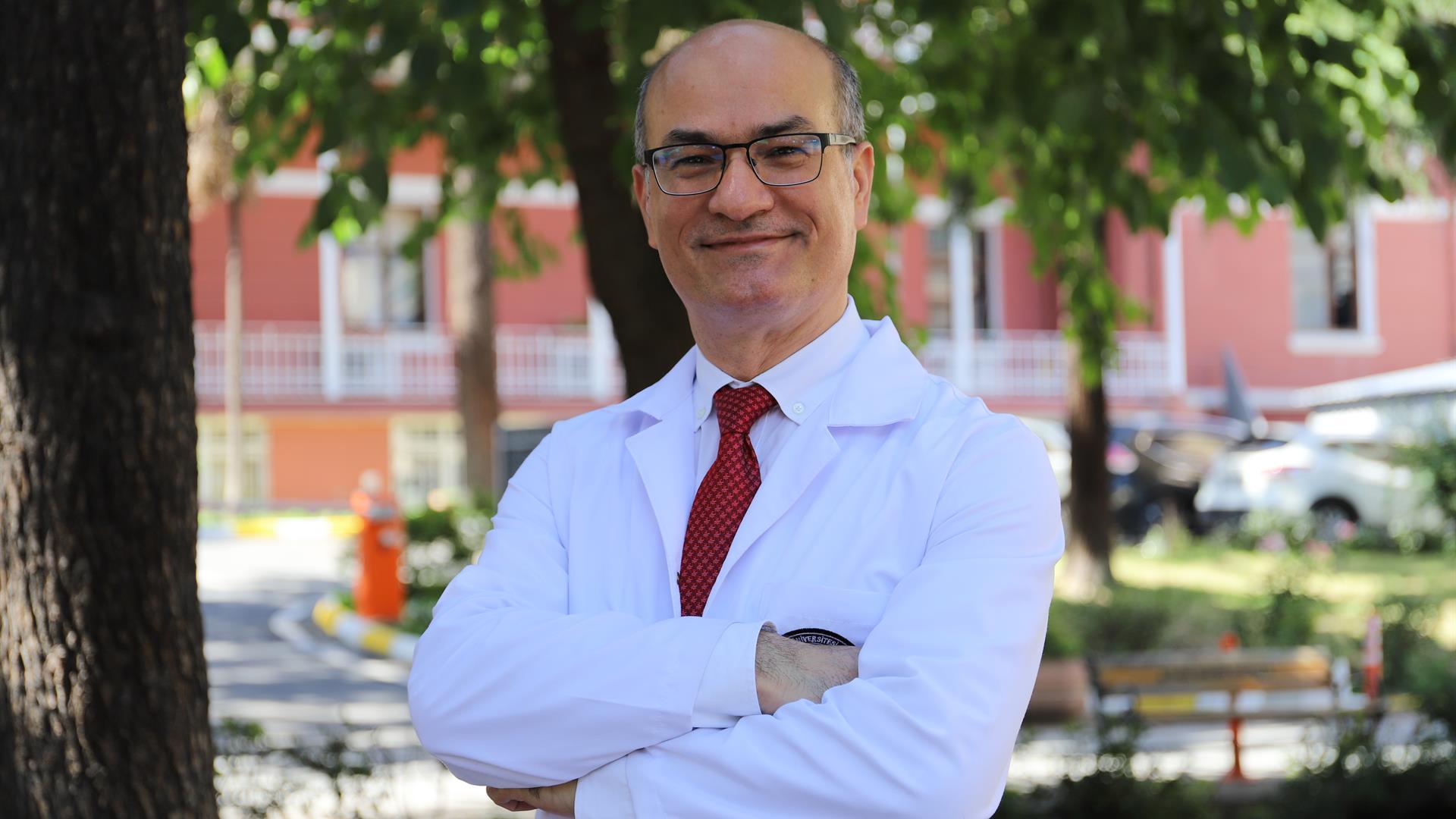"""{""""Header"""":""""Cerrahpaşa Tıp Fakültesi Başhekimi Doç. Dr. Zekayi Kutlubay Covid-19 Salgını Sürecini Anlattı"""",""""Content"""":""""<p></p><div style=\""""text-align: justify;\""""><b>İstanbul Üniversitesi- Cerrahpaşa ,Cerrahpaşa Tıp Fakültesi Başhekimi Doç .Dr. Zekayi Kutlubay COVID-19 salgını sürecinde<span id=\""""selectionBoundary_1599461876395_24518940228567665\"""" class=\""""rangySelectionBoundary\"""" style=\""""line-height: 0; display: none;\""""></span> fakültemizde yürütülen çalışmalar ve hastane yönetim süreci hakkında açıklamalarda bulundu. Salgın sürecini en başından beri yakından takip ettiklerini ve Ülkemizde 1 Mart 2020'de ilk COVID-19 vakasının tespitiyle birlikte, Cerrahpaşa Tıp Fakültesi&nbsp; olarak ciddi adımlar atmaya başladıklarını belirten Doç. Dr. Zekayi Kutlubay</b><b>&nbsp;sözlerine şu şekilde devam etti:</b></div><p><br></p><div style=\""""text-align: justify;\"""">Ülkemizde 11 Mart 2020'de ilk Covid-19 vakasının tespitiyle birlikte, Cerrahpaşa Tıp Fakültesi Hastanesi olarak ciddi adımlar atmaya başladık. Bu tarihe kadar,&nbsp;yurt dışından&nbsp;gelen haberleri ve bilgileri dikkatlice takip ediyorduk. Cerrahpaşa Hastanesi olarak üstümüze büyük bir yük bineceğini ve öncü kuruluş olma vasfımızı sürdüreceğimizi biliyorduk.&nbsp;<br><br></div><p><img ng-src=\""""https://cdn.istanbul.edu.tr/FileHandler.ashx?f=B_QSdjyJVUiN1uY3U4PQMA\"""" class=\""""gallery-image img-thumbnail img-responsive\"""" ng-click=\""""!multiple &amp;&amp; select()\"""" src=\""""https://cdn.istanbul.edu.tr/FileHandler.ashx?f=B_QSdjyJVUiN1uY3U4PQMA\""""><br></p><div style=\""""text-align: justify;\""""><b>Fotoğraf: </b>Cerrahpaşa Tıp Fakültesi Başhekimi Doç. Dr. Zekayi Kutlubay<br><br></div><div style=\""""text-align: justify;\"""">15 Mart 2020 Pazar günü, yönetim olarak toplandık ve acil eylem planları oluşturduk. Bu planlardan ilki olarak, 16 Mart 2020 tarihinde bilim kurulunu oluşturduk. Başhekimlik olarak Dekanlık makamı ile uyum içerisinde süreci yönetmeye gayret ettik. Tüm başhekim yardımcıları canla başla çalıştılar, her hafta Salı günleri öğl"""