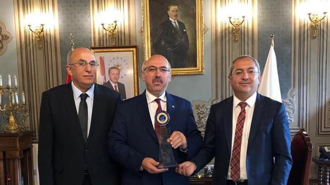 Haliç-Üniversitesi-Tarafından-İÜ-Rektörü-Prof.-Dr.-Mahmut-Ak'a-Teşekkür-Plaketi-Takdim-Edildi