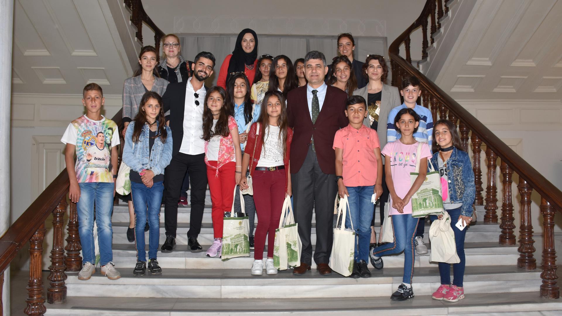 Şırnak-Uludere-Ortasu-Ortaokulu-Tiyatro-Grubu-Öğrencileri-İstanbul-Üniversitesi'ni-Ziyaret-Etti