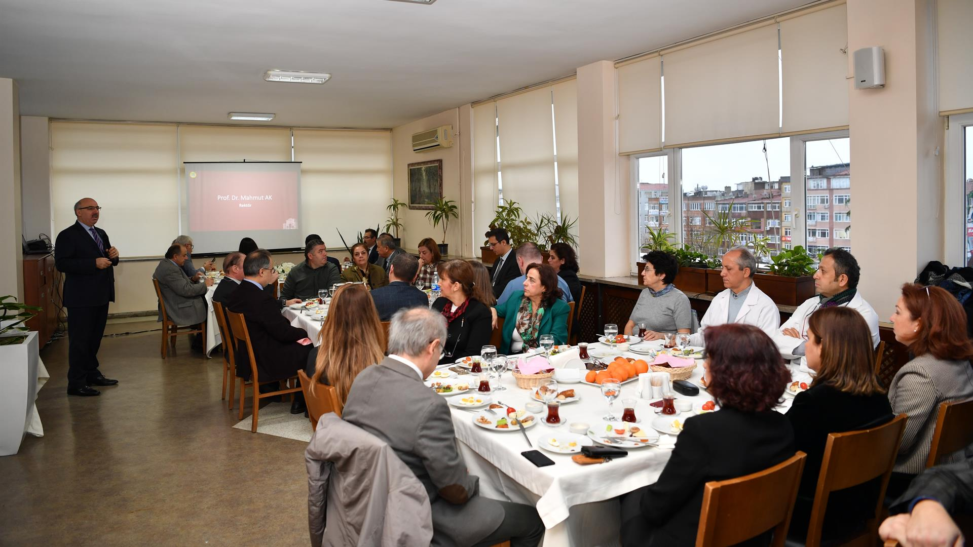 İÜ-Rektörü-Prof.-Dr.-Mahmut-Ak-İÜ-İstanbul-Tıp-Fakültesi-Temel-Tıp-Bilimleri-Bölümü-Öğretim-Üyeleri-ile-Toplantı-Gerçekleştirdi