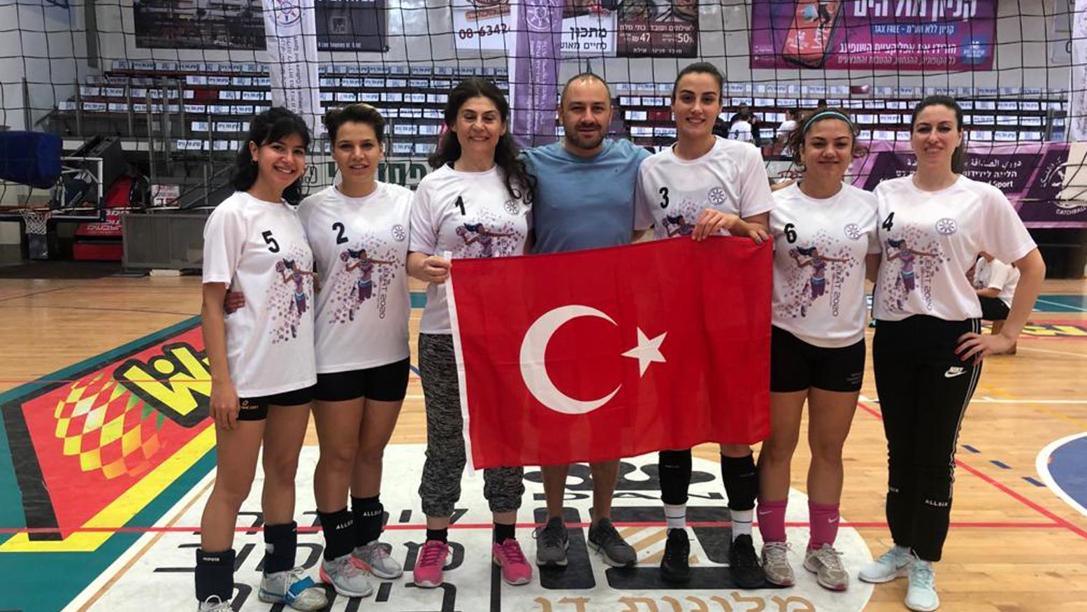 """{""""Header"""":""""1. Uluslararası Catchball Dostluk Ligi Turnuvası'nda Fakültemiz 2. Oldu"""",""""Content"""":""""<p><b>İsrail'in Eliat şehrinde düzenlenen 1. Uluslararası Catchball Dostluk Ligi Turnuvası'nda 18 takım arasından Fakültemizi temsil eden takım ikinci olarak bir başarıya imza attı.</b></p><p><span id=\""""selectionBoundary_1578315940052_00023175166201294672\"""" class=\""""rangySelectionBoundary\"""" style=\""""line-height: 0; display: none;\""""></span><img src=\""""https://cdn.istanbul.edu.tr/FileHandler2.ashx?f=haber2656.jpeg\"""" style=\""""width: 100%;\""""><br></p><p style=\""""text-align: justify;\"""">Spor Bilimleri Fakültemizin Dekan Yardımcısı Doç.Dr. S.Bora Çavuşoğlu ile beraber Öğretim Üyelerimizden Doç.Dr. H. Banu Ataman Yancı, Dr.Öğr.Üyesi Sevim Güllü, öğrencilerimizden Dilara Erdoğan, Fatma Öztürk, Feyza Yalçın ve Nilay Yılmaz'ın oluşturduğu takım, 02-05 Ocak 2020 tarihleri arasında İsrail'in Eliat şehrinde gerçekeştirilen 1. Uluslararası Catchball Dostluk Ligi Turnuvası'nda 18 takım arasından ikinci oldu.</p><p style=\""""text-align: justify;\""""></p><p>Ayrıca Türkiye olarak Fair Play Ödülü'ne layık görülen takımımızı Dekanlık olarak tebrik ederiz.</p><p>Spor Bilimleri Fakültemiz, Catchball branşının ülkemizde gelişmesi ve yaygınlaşması için gerekli proje ve adımları atmaya tüm hızıyla devam edecektir.</p><p><span id=\""""selectionBoundary_1578316237994_39679049365631336\"""" class=\""""rangySelectionBoundary\"""" style=\""""line-height: 0; display: none;\""""></span><img src=\""""https://cdn.istanbul.edu.tr/FileHandler2.ashx?f=haber2231561.jpeg\"""" style=\""""width: 100%;\""""><br></p><p><br></p>"""",""""Link"""":null,""""IsBlank"""":false,""""Img"""":""""iF_PZytMiUGsQBlPKPBZaw"""",""""Gallery"""":null,""""Date"""":""""2020-01-06T15:54:08"""",""""Tag"""":[],""""Tags"""":"""""""",""""Title1"""":null,""""Title2"""":null,""""Title3"""":null,""""Titles"""":null,""""IsPublic"""":false,""""Author"""":null,""""PriorityOrder"""":null,""""IsPublish"""":false,""""IsIUadmin"""":false,""""IsAmfi"""":false,""""Route"""":""""1-uluslararasi-catchball-dostluk-ligi-turnuvasinda-fakultemiz-2-oldu-6F00420062004300340071004A002D0071004A00660039007900700046006200610041004F0"""