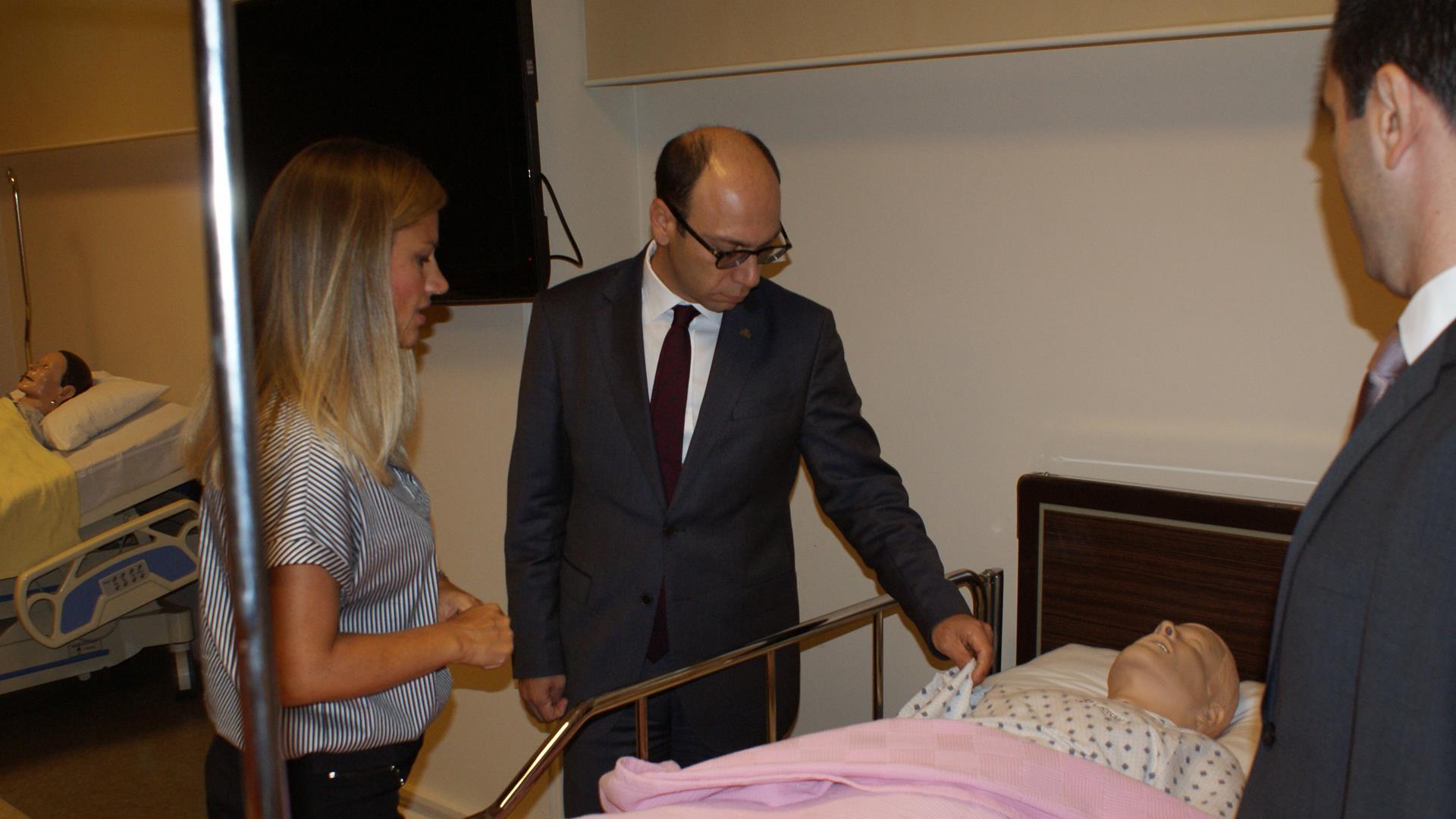 İstanbul-Üniversitesi-Cerrahpaşa-Rektörü-Prof.-Dr.-Nuri-Aydın-Florence-Nightingale-Hemşirelik-Fakültesi'nde-İncelemelerde-Bulundu