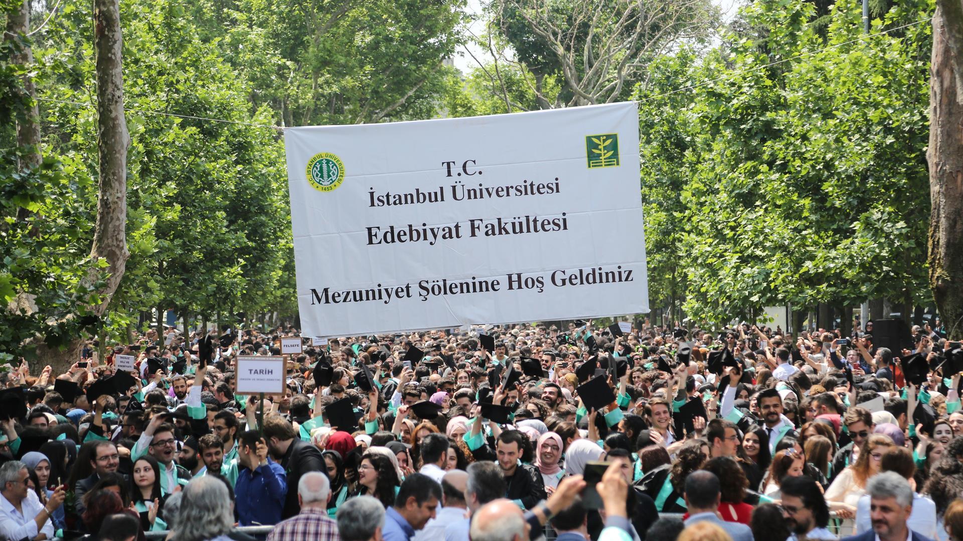 İÜ-Edebiyat-Fakültesi-2019-Yılı-Mezuniyet-Töreni-Gerçekleştirildi