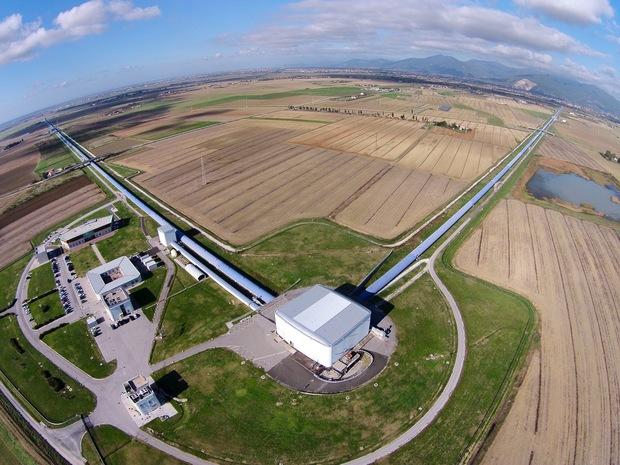 ลำท่อคู่ที่ตั้งฉากกันขนาดความยาวแต่ละด้านกว่า 4 กิโลเมตร ก่อตั้งเมื่อ พ.ศ. 2535 โดยคิป ธอร์น และโรนัลด์ เดรเวอร์